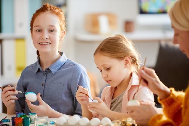 イースターの卵を塗る二人の女の子