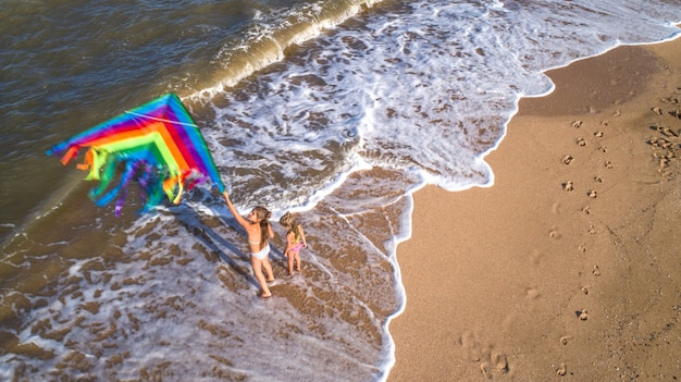 바다에서 연을 가지고 노는 두 소녀