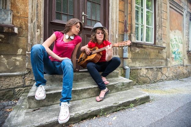 ギターを弾く女の子2人