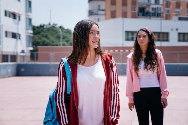 Due ragazze nel cortile scolastico