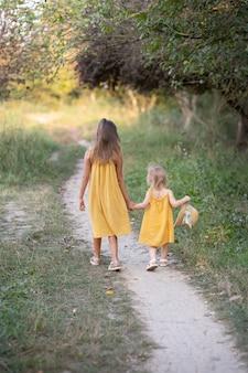Две девочки семи лет и одного возраста на природе