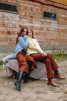 Две девушки сидят рядом друг с другом