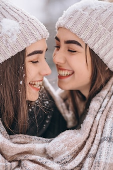 冬の公園で一緒に二人の女の子の双子