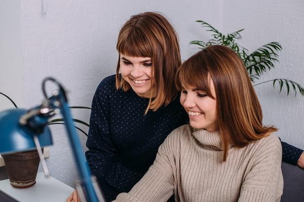 Девушки близнецы в работе работа в удомля