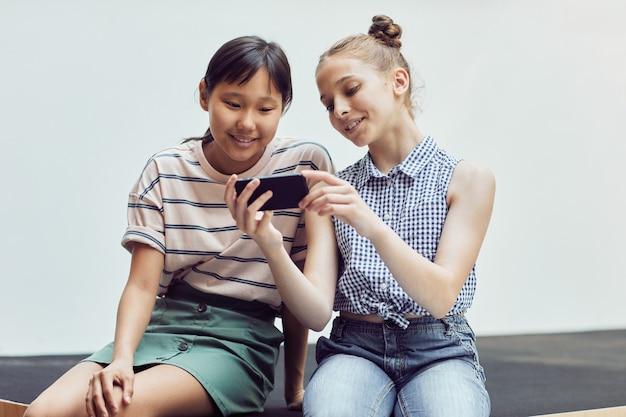 스마트폰을 사용하는 두 여자 최소