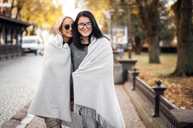 毛布付きの女の子2人