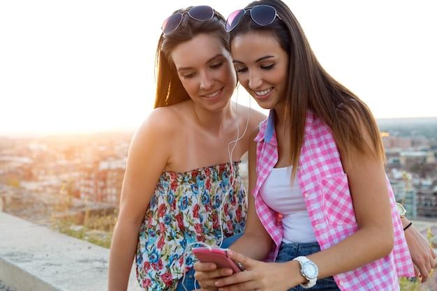 Due ragazze con le cuffie