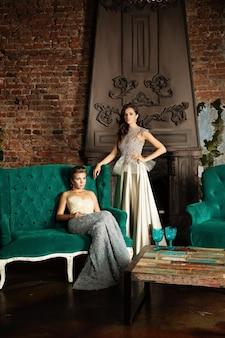 Две гламурные женщины в винтажном роскошном интерьере