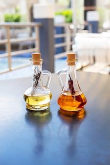 Две стеклянные бутылки с пряным оливковым маслом и розмарином