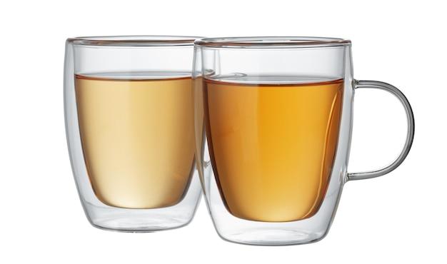 Две стеклянные чашки чая, изолированные на белом фоне
