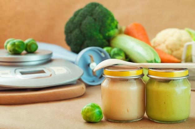 천연 이유식 야채 퓌레가 들어있는 유리 병 2 개