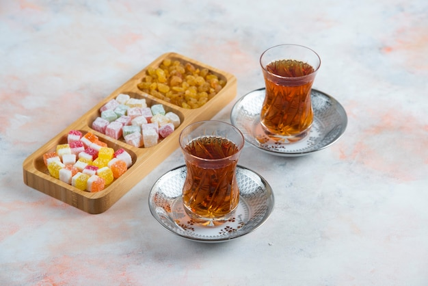 2つのグラスティーとトルコ菓子