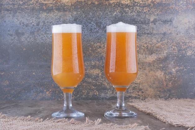 대리석 테이블에 맥주 두 잔. 고품질 사진