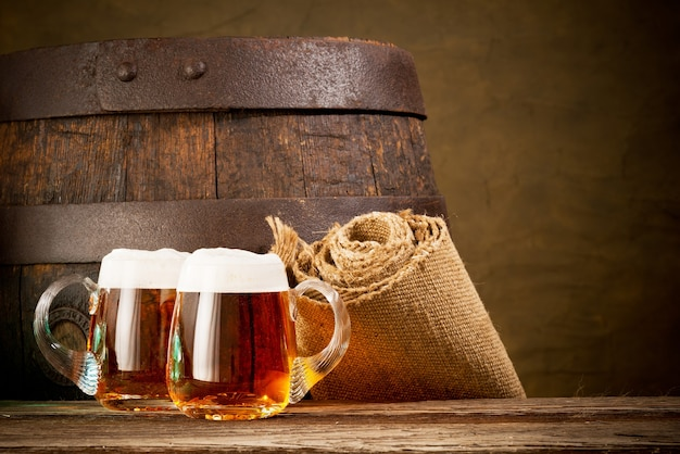 木製のテーブルにビール2杯