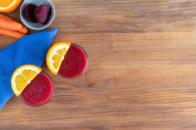 Два стакана свекольного сока на деревянном столе