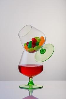 木製のテーブルにブランデーまたはコニャックとボトルのグラス2杯。