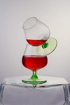 ブランデーまたはコニャックのグラス2杯とボトルの木製テーブル。