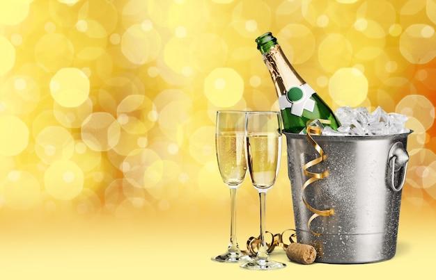 Два бокала шампанского и бутылка на фоне