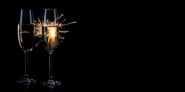 밝은 불꽃에 샴페인 두 잔 프리미엄 사진