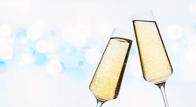 焦点ぼけの背景にシャンパン2杯