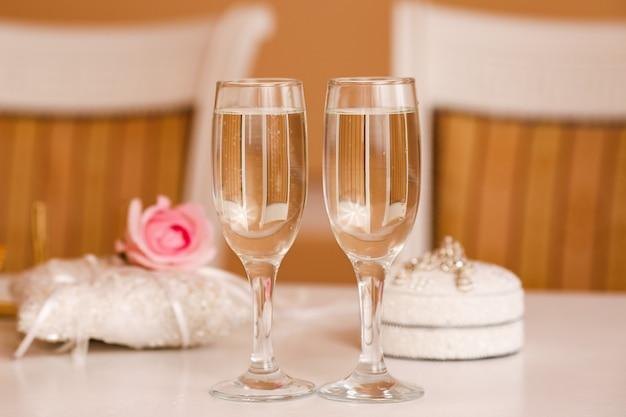 고전적인 스타일의 웨딩 테이블에 샴페인 두 잔.
