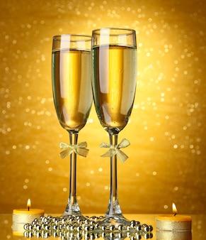 ライトと明るい背景にシャンパン2杯