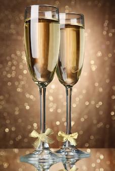 ライト付きの明るい表面にシャンパン2杯