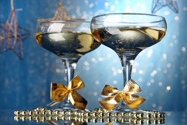 ライト付きの明るい壁にシャンパン2杯