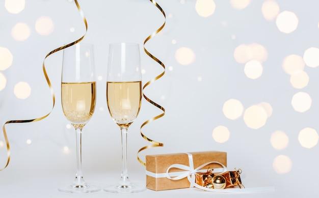Два бокала шампанского с подарком