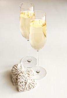 Два бокала шампанского с сердечками