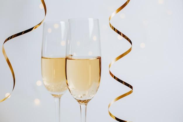 Два бокала шампанского с лентами на белом фоне