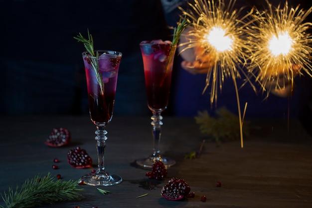 Два бокала рождественского коктейля с гранатовым соком и шампанским
