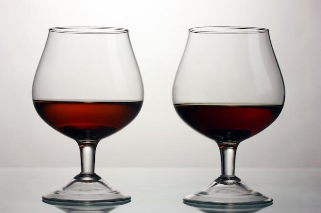 흰색 절연 코냑 두 잔