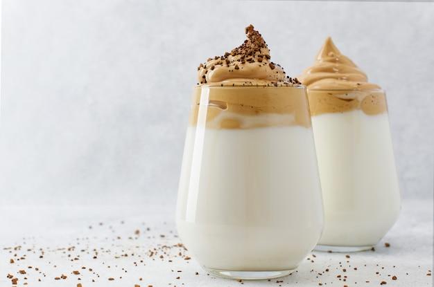 복사 공간와 밝은 배경에 dalgona 커피 두 잔. 인스턴트 커피로 장식 된 푹신 푹신 크림 크림 커피
