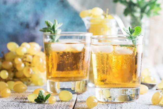 フレッシュフルーツとオレガノのグリーングレープジュース2杯