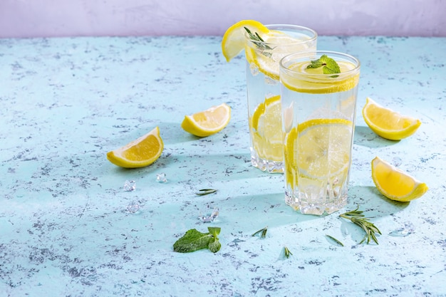 Два стакана домашнего коктейля с лимоном и мятой