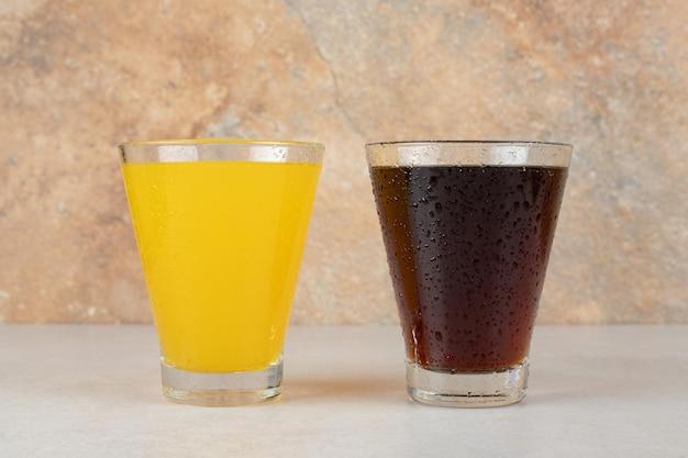 石のテーブルにレモネードを2杯