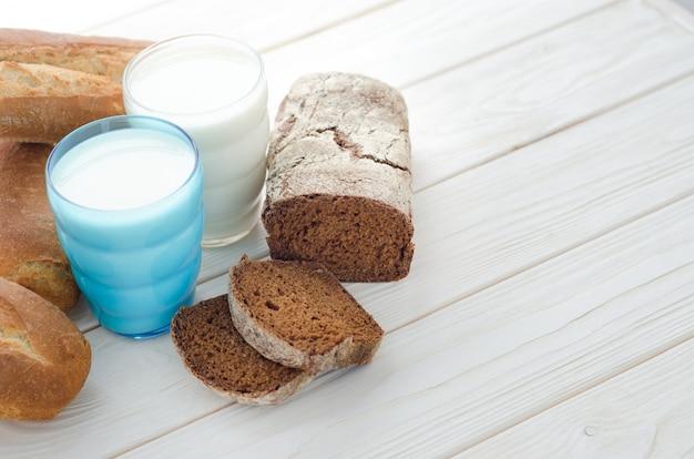 Два стакана молока с хлебом
