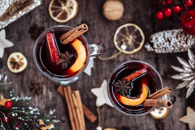 Два бокала глинтвейна в новогодней обстановке, горячее вино. вид сверху.