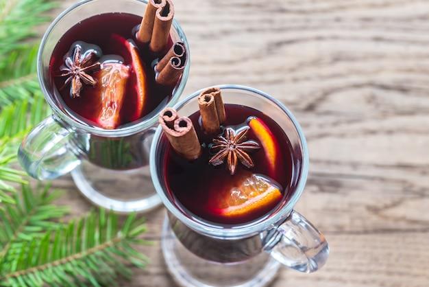 モミの枝とグリューワインを2杯