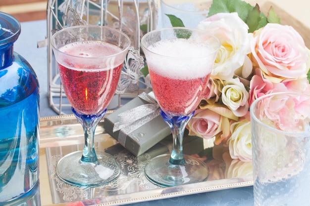Два бокала розового шампанского на день святого валентина