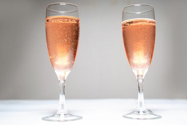 테이블에 핑크 샴페인 두 잔