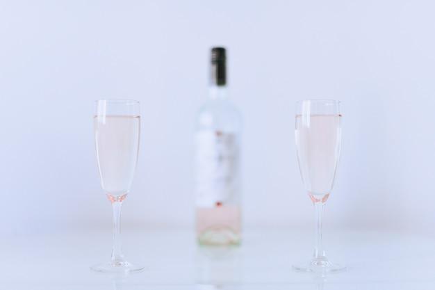 병 핑크 샴페인 두 잔