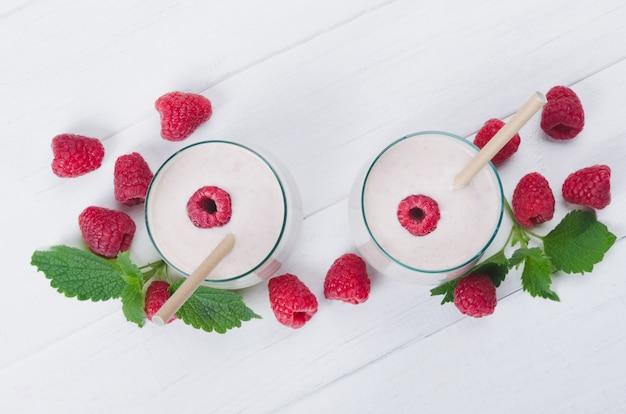 Два стакана малинового молочного коктейля