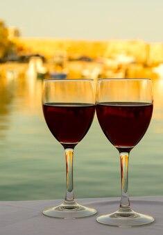 바다 일몰 배경 반대 테이블에 다시 와인 두 잔