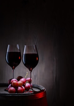 赤ワインを2杯とバレルにブドウの房