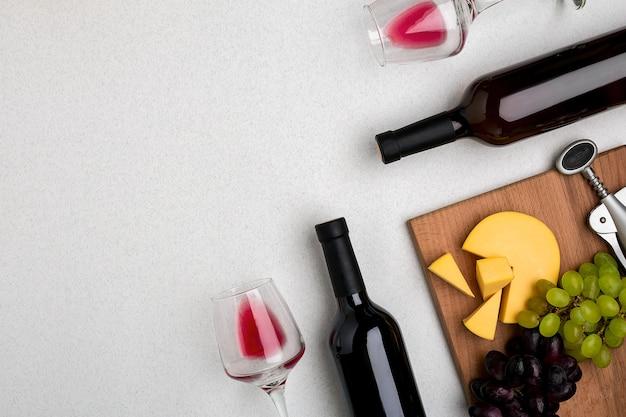 레드 와인 치즈와 포도 상위 뷰 두 잔