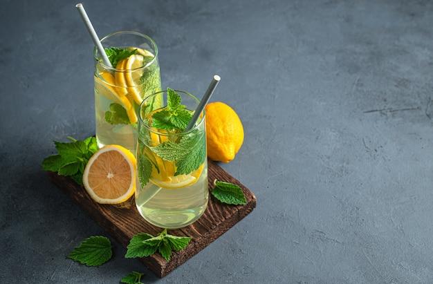 Два стакана освежающего мятного лимонада на фоне графита. вид сбоку, копия пространства.