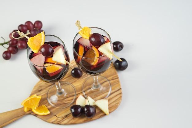 フルーツの装飾が施されたサングリア2杯。伝統的なスペインの飲み物。スペースをコピーします。ハイアングル。