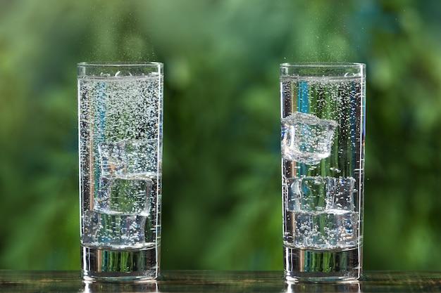 Два стакана газированной воды и с кубиками льда